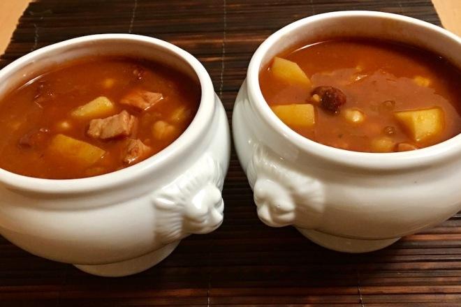 Rezepte: Suppen & Eintöpfe: Hispano-Serbischer Eintopf in Suppenschalen