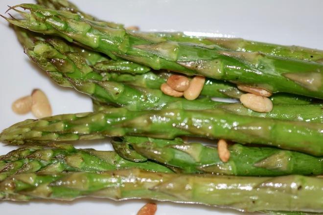 Rezepte: Beilagen: Grüner Spargel aus dem Ofen mit Pinienkernen