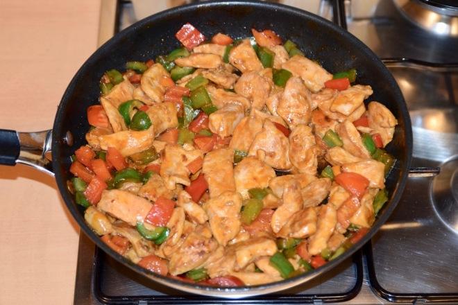 asiatisches Chili-Paprika-Hühnchen - asiatisch - Paprika - Chili -Huhn - Rezept - marinieren - Gemüse - Sojasauce - schnell und einfach - sriracha