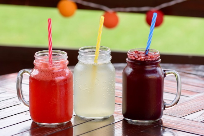 Rezepte: Smoothies & Getränke: klassische Limonade im Glas mit Strohhalm