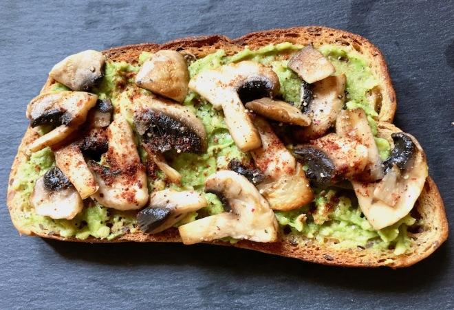 Rezepte: Kleinigkeiten: Röstbrot mit Avocadocreme und Pilzen