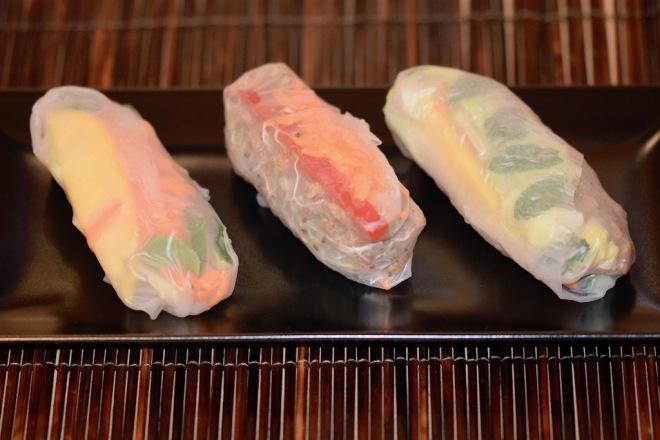 Rezepte: Hauptgerichte: Sommerrollen auf schwarzen Teller