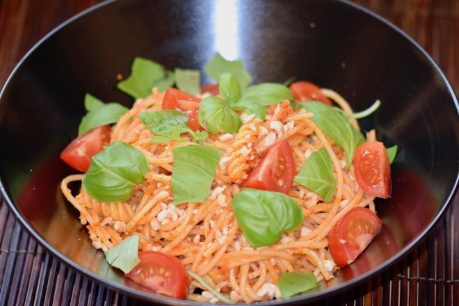 Rezepte: Hauptgerichte: Spaghetti mit Haselnuss-Tomaten-Pesto in einer schwarzen Schale