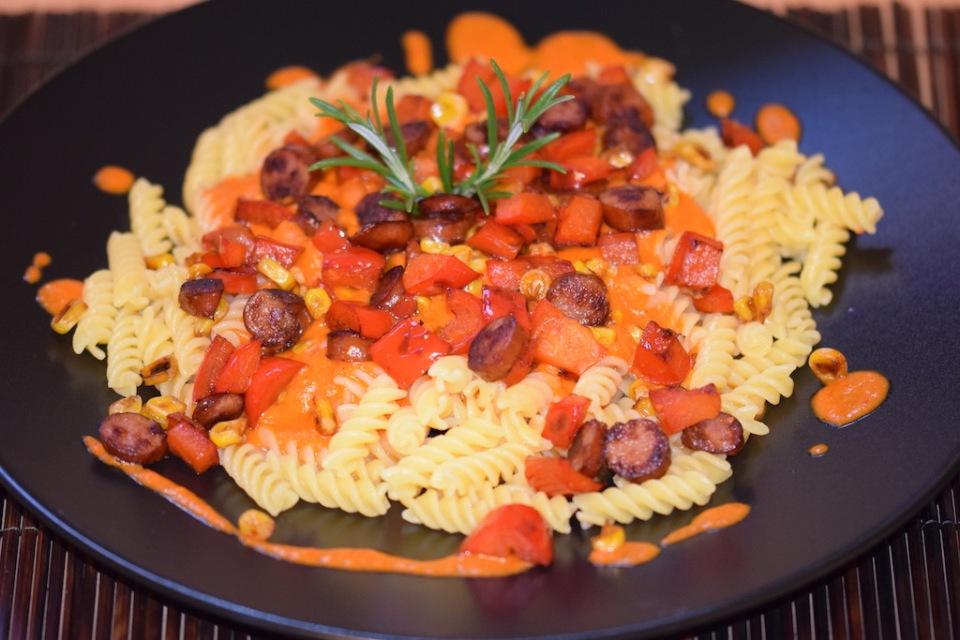Rezepte: Hauptgerichte: Pasta mit Paprikasauce und Kabanossi auf schwarzem Teller