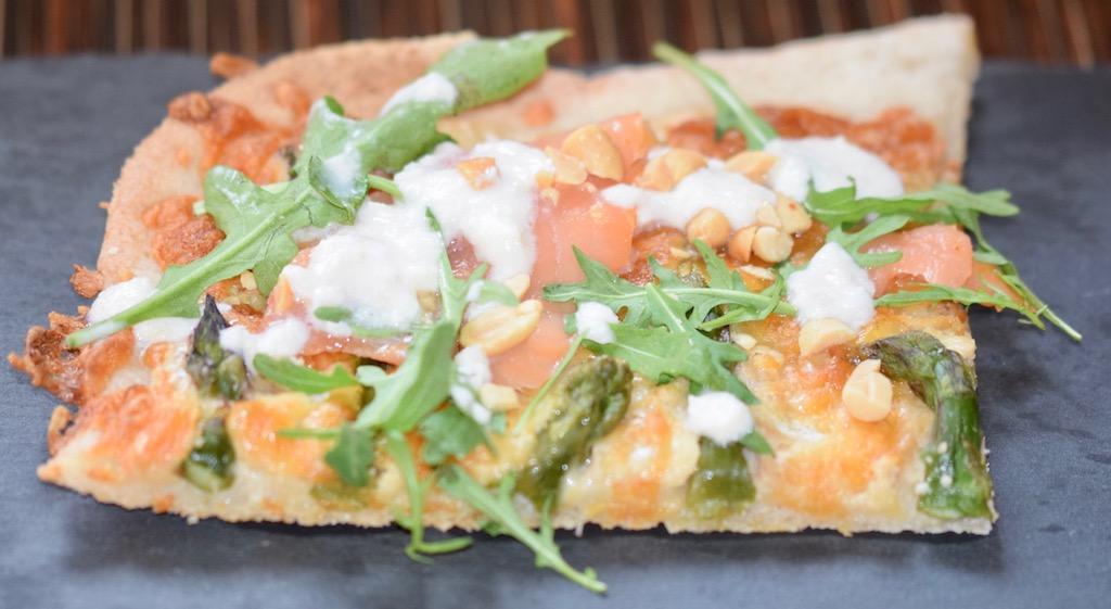 Pizza Bianca mit Lachs und grünem Spargel