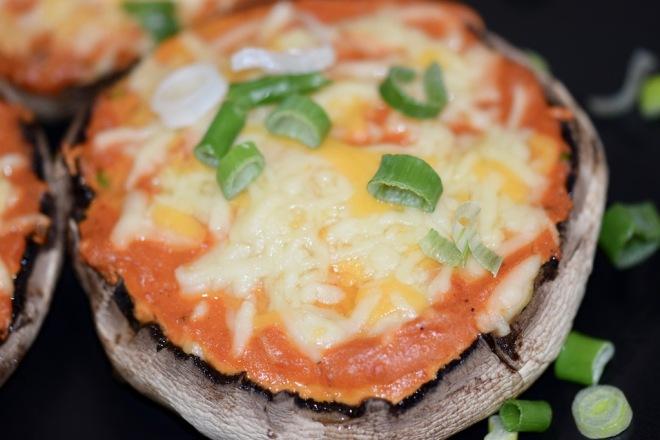 Rezepte: Kleinigkeiten: Portobello-Pizza, gefüllte Portobello mit Paprika-Tomaten-Sauce und Käse überbacken