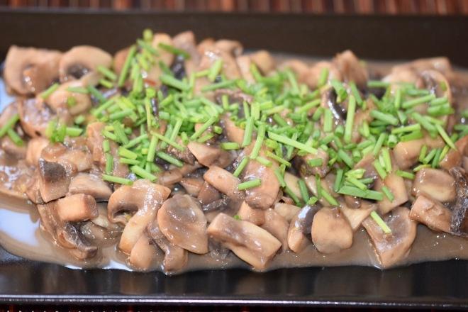 Rezepte: Beilagen: Sommerliches Pilzragout mit Schnittlauchröllchen garniert