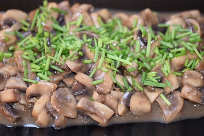 Rezepte: Beilagen: Sommerliches Pilzragout mit Schnittlauchröllchen garniert - Nahaufnahme