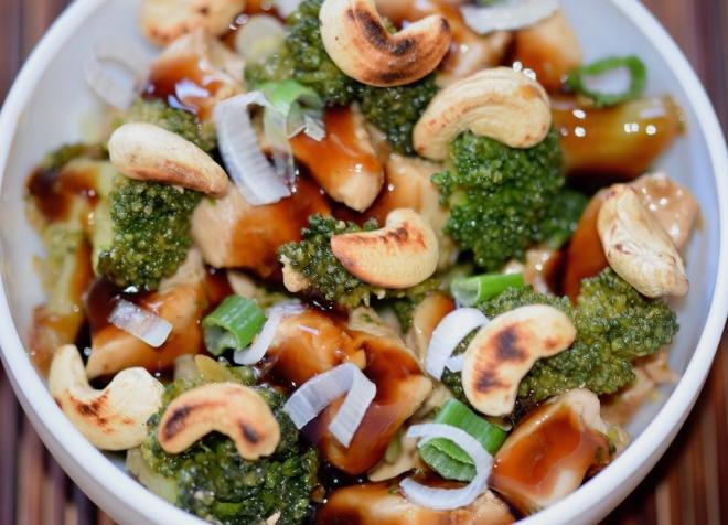 Rezepte: Hauptgerichte: Teriyaki-Huhn mit Brokkoli in weißer Schale