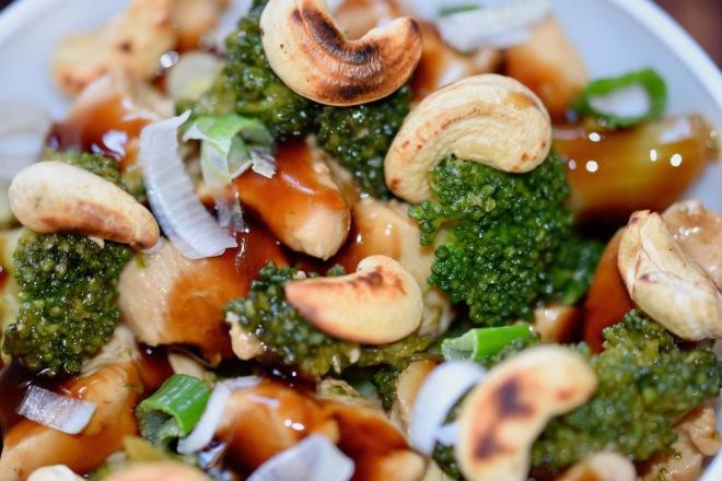 Rezepte: Hauptgerichte: Teriyaki-Huhn mit Brokkoli - Nahaufnahme in weißer Schüssel