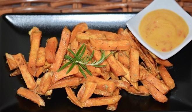Rezepte: Kleinigkeiten: Süßkartoffel-Pommes mit Mango-Chili-Dip