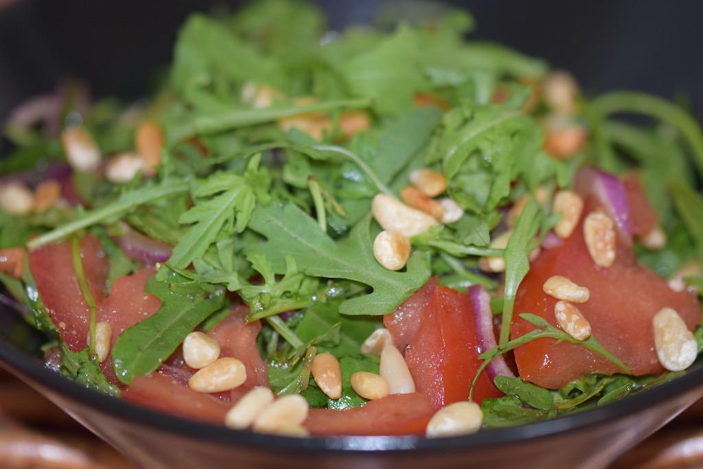 Sommerküche Tomaten : Tomaten rucola salat mit minze und granatapfel dressing zimt chili