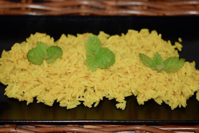 Rezepte: Beilagen: Zitronenreis auf schwarzem Teller