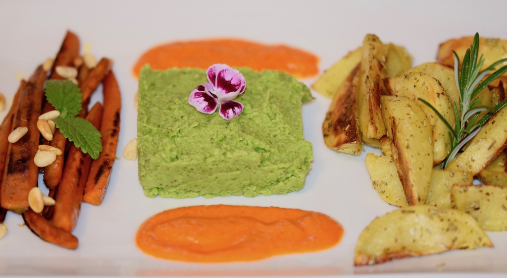 Karamellisierte Karotten mit Erbsen-Minz-Püree, Paprikasauce & Wedges