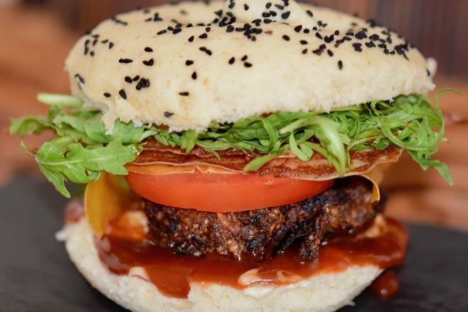 MANGO-CHILI-BURGER MIT BACON - VEGAN & GLUTENFREI Ich habe den klassisch amerikanischen #Burger mal ein wenig abgewandelt und einen #gesundenBurger kreiert, der #vegan und #glutenfrei ist. Der #Patty bzw. #Bratling ist schön würzig und wird von knusprigem #veganenBacon, fruchtigem #MangoChili #Fruchtleder und nussigem #Rucola begleitet. Noch etwas BBQ #Sauce, rote Zwiebel und Tomate dazu, alles in einen luftig-weichen #Bun bzw. #Brötchen platziert und dem Burger-Himmel steht nichts mehr im Wege