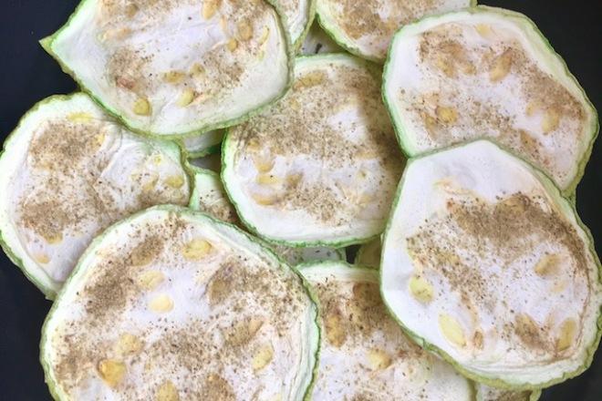 Rezepte: Kleinigkeiten: Zucchini-Rosmarin-Chips aus dem Ofen oder Dörrgerät