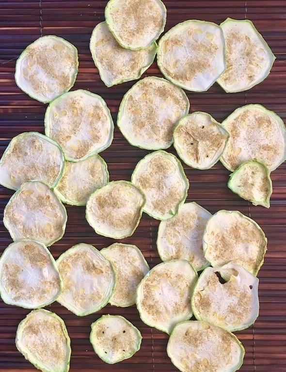 Rezepte: Kleinigkeiten: Zucchini-Rosmarin-Chips aus dem Ofen oder Dörrgerät - einzeln auf braunem Untergrund