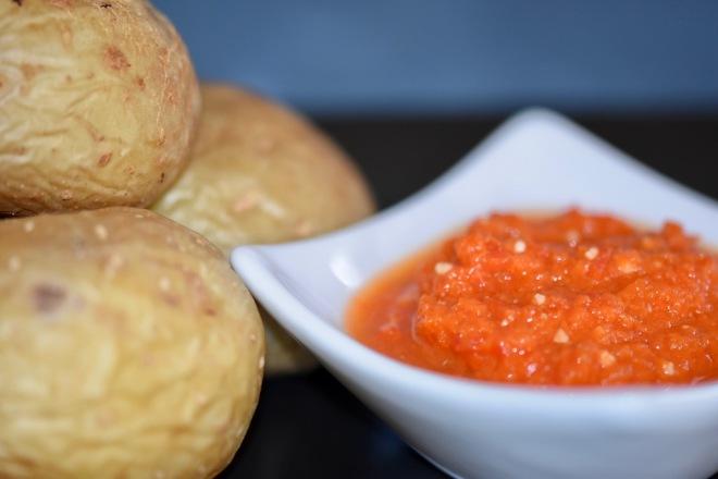 - kanarische Runzelkartoffeln - Runzelkartoffeln mit Mojo - Papas arrugadas - Mojo rojo - spanische Tapas - spanische Runzelkartoffeln - Mojo Sauce - Rezept - Kartoffeln in Salzkruste