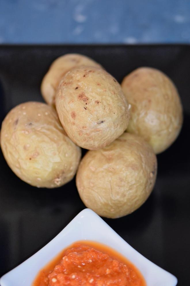 kanarische Runzelkartoffeln - Runzelkartoffeln mit Mojo - Papas arrugadas - Mojo rojo - spanische Tapas - spanische Runzelkartoffeln - Mojo Sauce - Rezept - Kartoffeln in Salzkruste