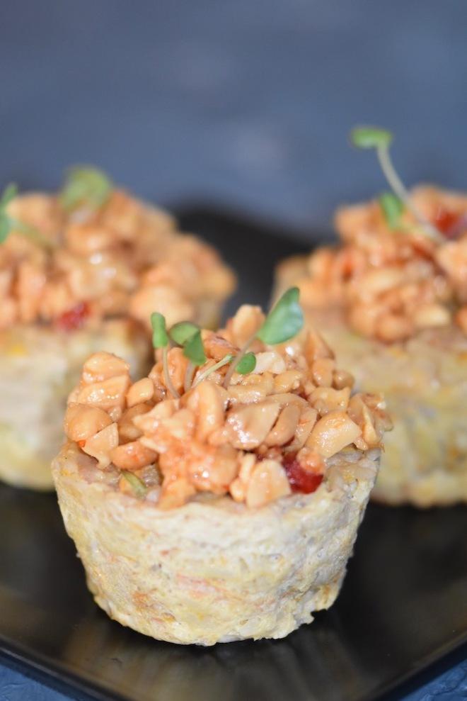 asiatische Hackfleisch Muffins - pikante Muffins - salzige Muffins - Hackfleisch Törtchen - Brunch Muffins - glutenfrei - milchfrei - Party Muffins - mit Ei - karamellisierte Erdnüsse - Rezept - einfach - herzhafte Muffins