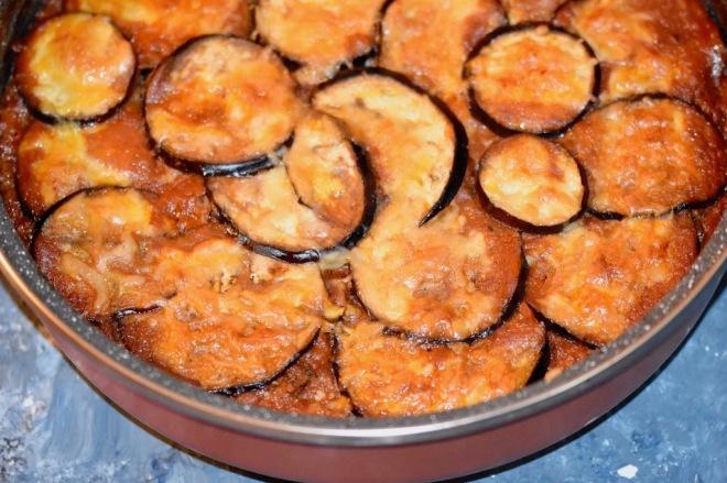 Mediterraner Auberginen-Hackauflauf mit Tomaten