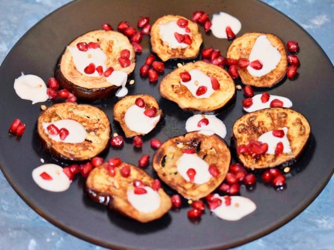 gebackene Aubergine mit Granatapfelglasur - gebackene Aubergine - Auberginen - gebacken - Rezept - vegan - glutenfrei - orientalisch - Ottolenghi - Granatapfel - Joghurt - Tahini - Backofen