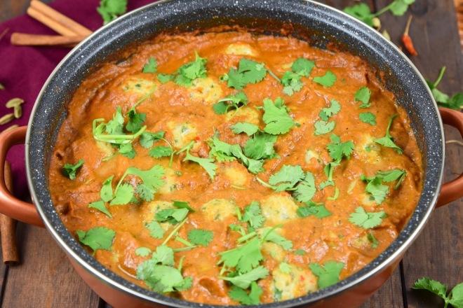 Indisches Tomaten-Curry mit Kichererbsenbällchen