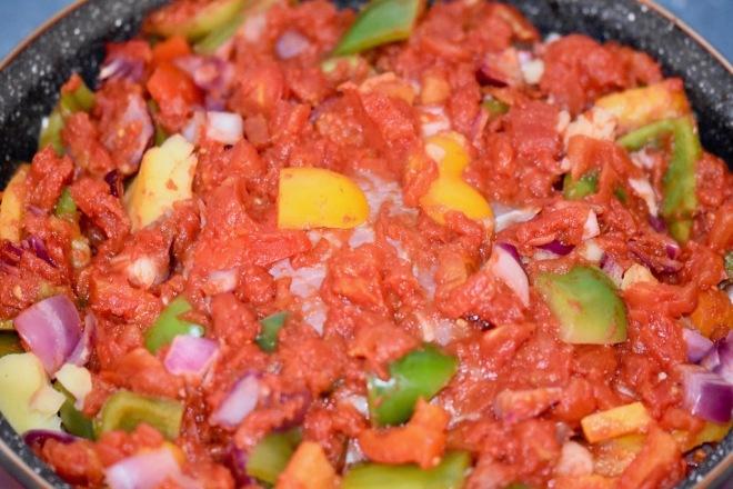 Mediterranes Schweinefilet aus dem Ofen - mit Gemüse - Rezept - abnehmen - einfach - im Schinkenmantel - Tomaten - Paprika - gesund - mediterran - mediterrane Küche - glutenfrei - milchfrei - Marinade -Schweinefilet -Fleisch