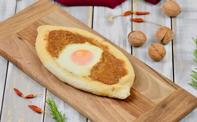 Chatschapuri - georgisches Käsefladenbrot mit Ei - Khachapuri - glutenfrei - sojafrei - Rezept - Georgien - georgische Küche - Khachapuri mit Ei - Adscharuli Chatschapuri - Fladenbrot - georgische Rezepte