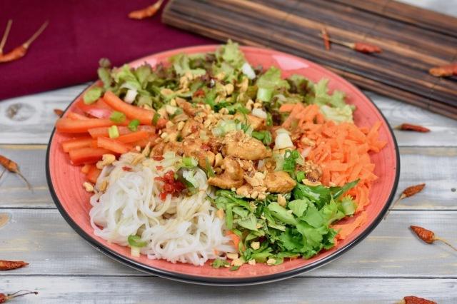 Vietnamesischer Reisnudelsalat mit frischen Kräutern