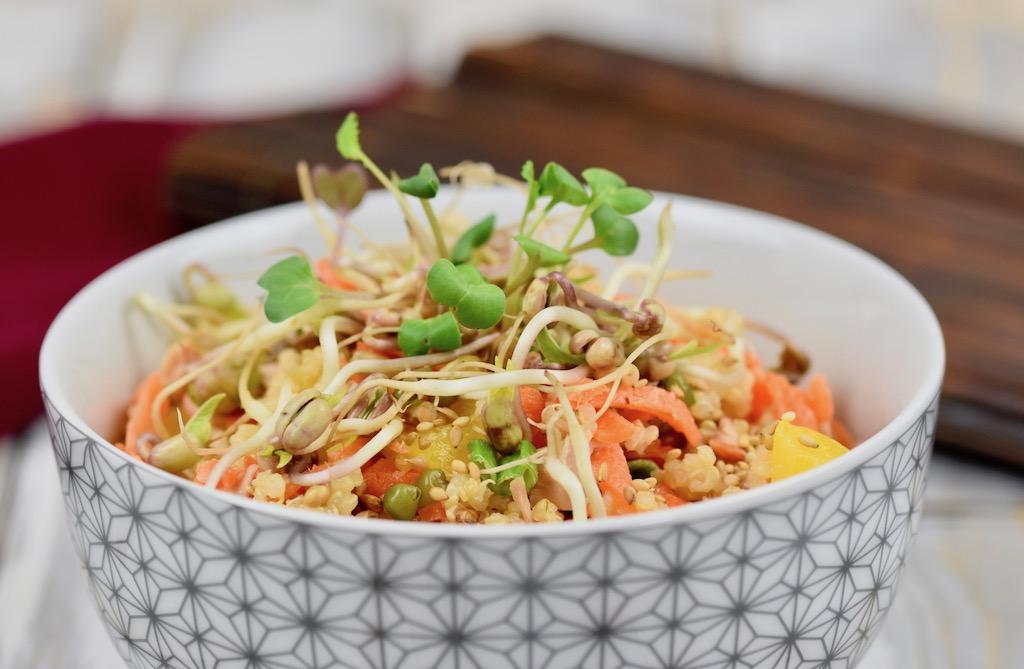 Quinoa-Bowl mit asiatischem Dressing
